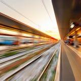 Stacja kolejowa przy zmierzchem - abstrakcjonistyczny tło obrazy royalty free