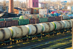 Stacja kolejowa z pociągami towarowymi W centrum są taborowi zbiorniki Fotografia Stock