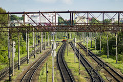 Stacja kolejowa z pociągiem Miastowy widok Fotografia Royalty Free