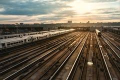 Stacja kolejowa z pociągiem pod zmierzchem Obrazy Royalty Free