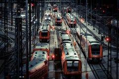 Stacja kolejowa z ruchu pociągiem przy nocą Obraz Royalty Free