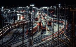 Stacja kolejowa z ruchu pociągiem przy nocą Zdjęcia Stock
