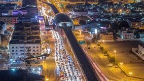 Stacja metra i ruch drogowy na nocy drogi timelapse Widok z lotu ptaka z wierzchu budynku zbiory