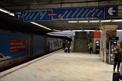 Stacja metru z dojeżdżającymi w Universitate Bucharest Rumunia Zdjęcia Stock