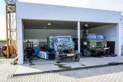 Stacja obsługi z starymi ośniedziałymi demontować sowieci ciężarówkami obrazy royalty free