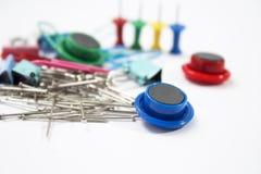 Stacjonarne szpilki ustawiać | Papierowy magnes | Desek szpilki fotografia royalty free