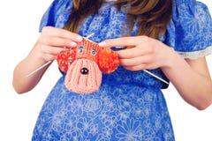 Stack barnsockor för gravid kvinna kvinnligt innehav Royaltyfri Fotografi