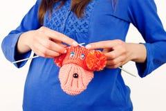 Stack barnsockor för gravid kvinna kvinnligt innehav Royaltyfri Foto