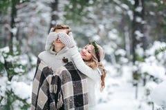 Stack den täckande pojkvännen för den gulliga flickan som ` s synar vid henne, mittes brudbrudgum som gifta sig utomhus vinter ar Arkivbilder