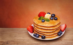 Stack of pancakes with fresh blueberry, strawberry Royalty Free Stock Photos