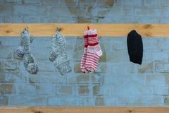 Stack sockor på en spika Arkivbilder