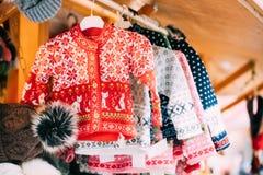 Stack traditionella europeiska värme klädertröjor på vintern Chr Royaltyfri Bild