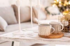 Stack woolen koppar på en trätabell kaffekoppar varma två begreppet av värme Ferier och händelser Höst och fotografering för bildbyråer