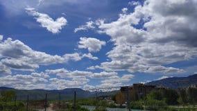 Stackmoln blå himmel, vår om den härliga dagen royaltyfria foton