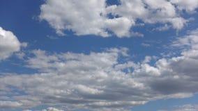 Stackmoln och skiktade moln i atmosfären i soligt väder Härlig molninflyttning himlen, Timelapse lager videofilmer