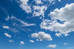 Stackmolnmoln, blå himmel Royaltyfria Bilder