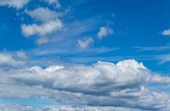 Stackmolnmoln, blå himmel Arkivfoton
