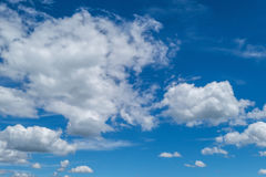 Stackmolnmoln, blå himmel Royaltyfria Foton