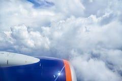 Stackmolnmoln och flygplanmotor från slätten arkivbilder