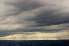 Stackmolnmoln regnar dalen Arkivbild