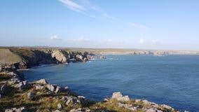Stackpolekonijnenveld de waarvan lange neus Stackpole-Hoofd en zijn prominent Punt van het kinzadel is Pembrokeshire het UK Royalty-vrije Stock Afbeelding