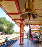 Stacyjni mistrzowie dzwonkowi przy Hua Hin stacją kolejową Tajlandia Obraz Royalty Free
