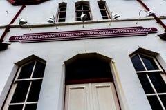 Stacyjny znak przy Llanfair, Anglesey, Walia zdjęcia stock