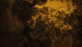 Staczać się kłąb dymna mgła chmurnieje od suchego lodu przez dna światło Mgła na podłogowej odosobnionej tło teksturze zdjęcia stock