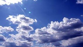 Staczać się chmurnieje w niebieskim niebie, czasu upływu wideo zdjęcie wideo