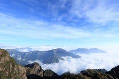 Staczać się chmury i góra krajobraz Fotografia Stock