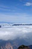 Staczać się chmury i góra szczytów andscape obraz stock