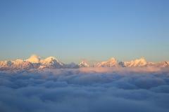 Staczać się chmury i krajobraz zdjęcia stock