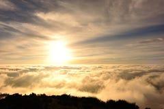 Staczać się chmury i wschód słońca na halnym szczytu krajobrazie fotografia royalty free