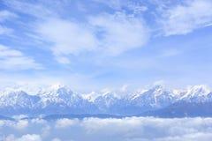 Staczać się chmury i zamarzniętego halnego szczytu wschodu słońca krajobraz zdjęcie royalty free