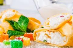 Staczać się krepy z chałupa serem i candied owoc zdjęcia stock