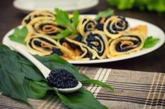 Stacza się bliny z czarnym kawiorem borscht zbliżenia kuchni rosjanina polewka Mieszkanie nieatutowy Maslenitsa Drewniany tło Zak Zdjęcie Royalty Free