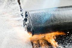 Stacza się dekarstwo instalacji z propanu blowtorch podczas construc zdjęcie royalty free