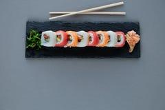 stacza się suszi z łososiem, krewetka, avocado, kremowy ser Suszi menu obrazy royalty free