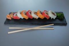 stacza się suszi z łososiem, krewetka, avocado, kremowy ser Suszi menu zdjęcia stock