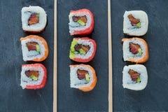 stacza się suszi z łososiem, krewetka, avocado, kremowy ser Suszi menu fotografia royalty free