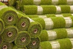 Stacza się sztucznej trawy w sklepie materiały budowlani fotografia royalty free