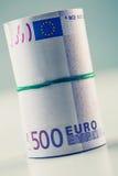 Staczający się euro banknoty kilka tysiąc Bezpłatna przestrzeń dla twój ekonomicznej informaci obraz stock