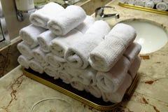 Staczający się kąpielowi ręczniki przy hotelowym zdrojem Obraz Stock