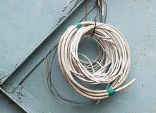 Staczający się kable na tle stara metal ściana Zdjęcie Stock
