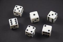 Staczający się kostka do gry pokazuje liczby jeden, sześć Fotografia Stock