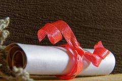 Staczający się Kraft dekoracyjny papier, grunge strona z czerwonym zespołem zdjęcia stock
