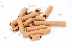 staczający się opłatek wypełniał z czekoladowym fudge na białym tle, Obraz Stock