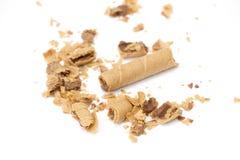staczający się opłatek wypełniał z czekoladowym fudge na białym tle, Fotografia Royalty Free