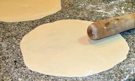 Staczający się out dysk pizzy ciasto zdjęcie royalty free
