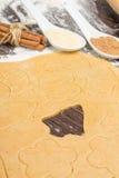 Staczający się out imbirowy chlebowy ciasto z rozcięcie kształtami boże narodzenie dekoracja Obraz Royalty Free